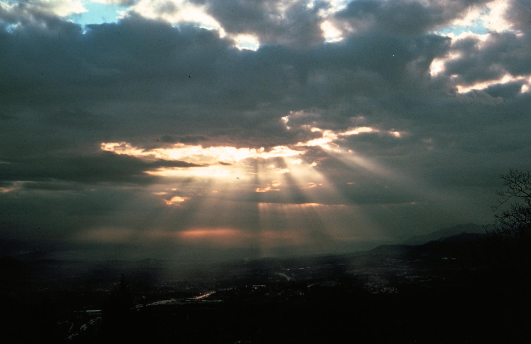 Sonnenstrahlen_Crepuscular_rays8_-_NOAA